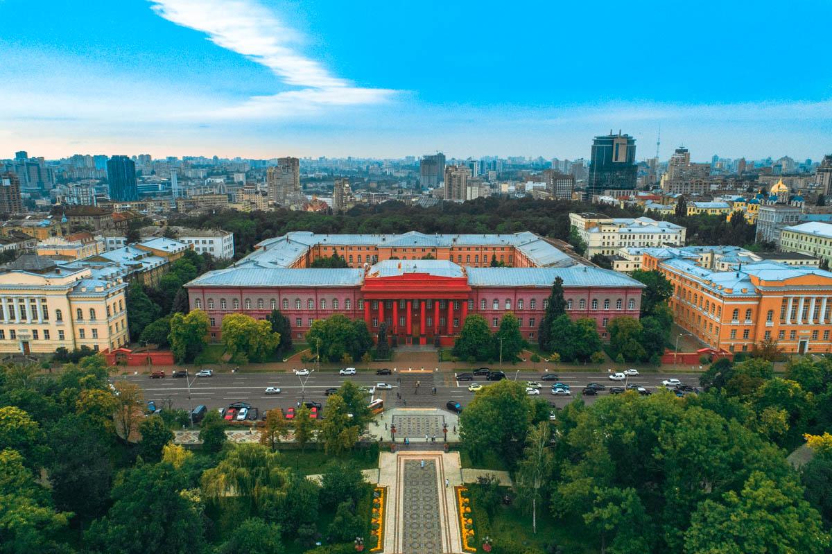 Здание университета – это большой замкнутый квадрат с внутренним двором.