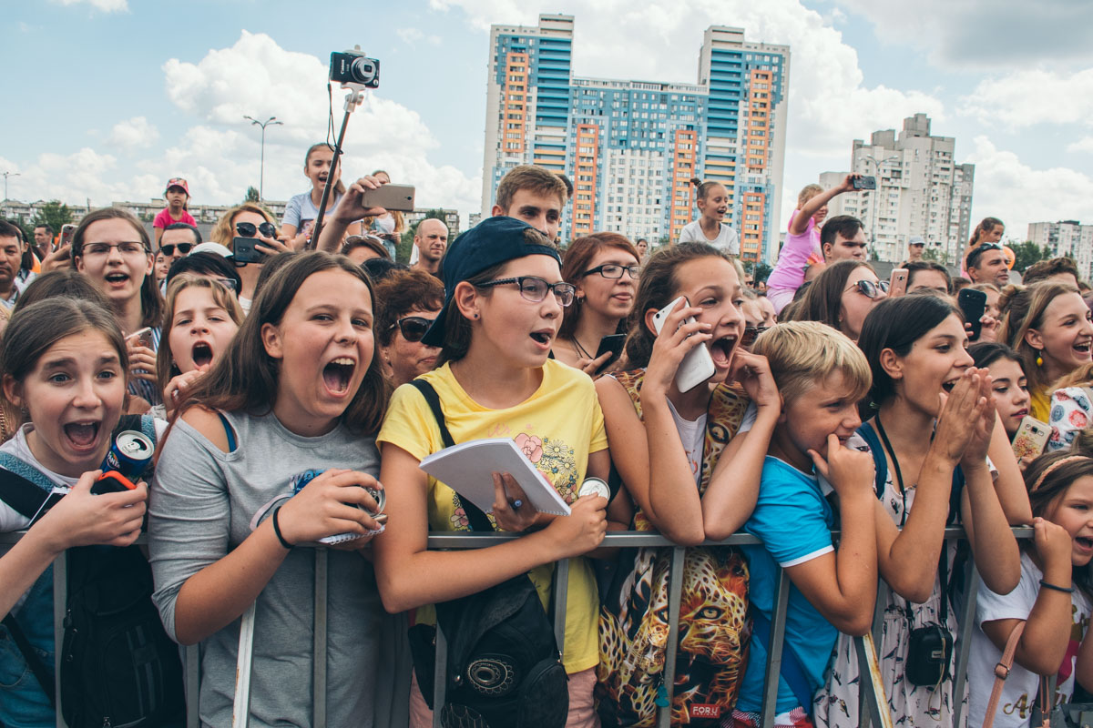 Вначале мероприятия со своими песнями выступила Анна Тринчер, фанатки были в восторге