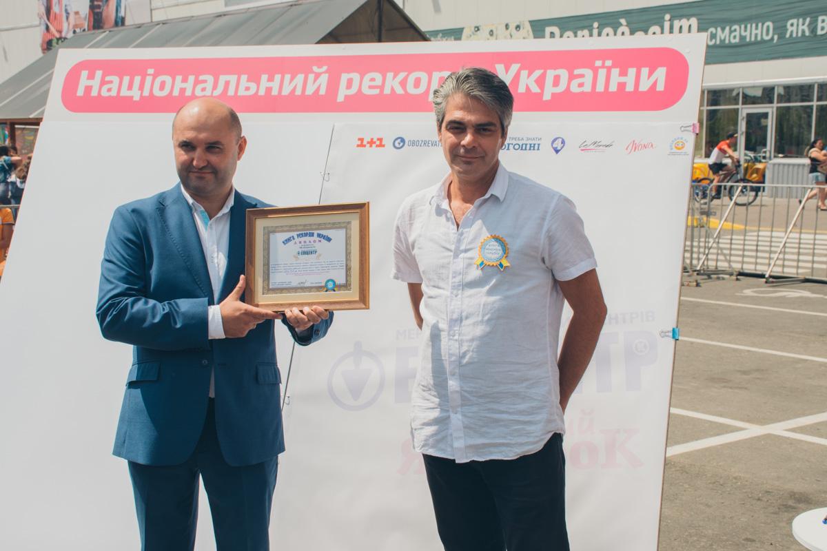 Поводом для сбора было открытие школьной ярмарки и новый рекорд Украины