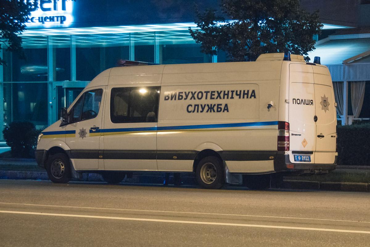 Взрывотехники и кинологи обследовали помещение офиса на наличие взрывчатки