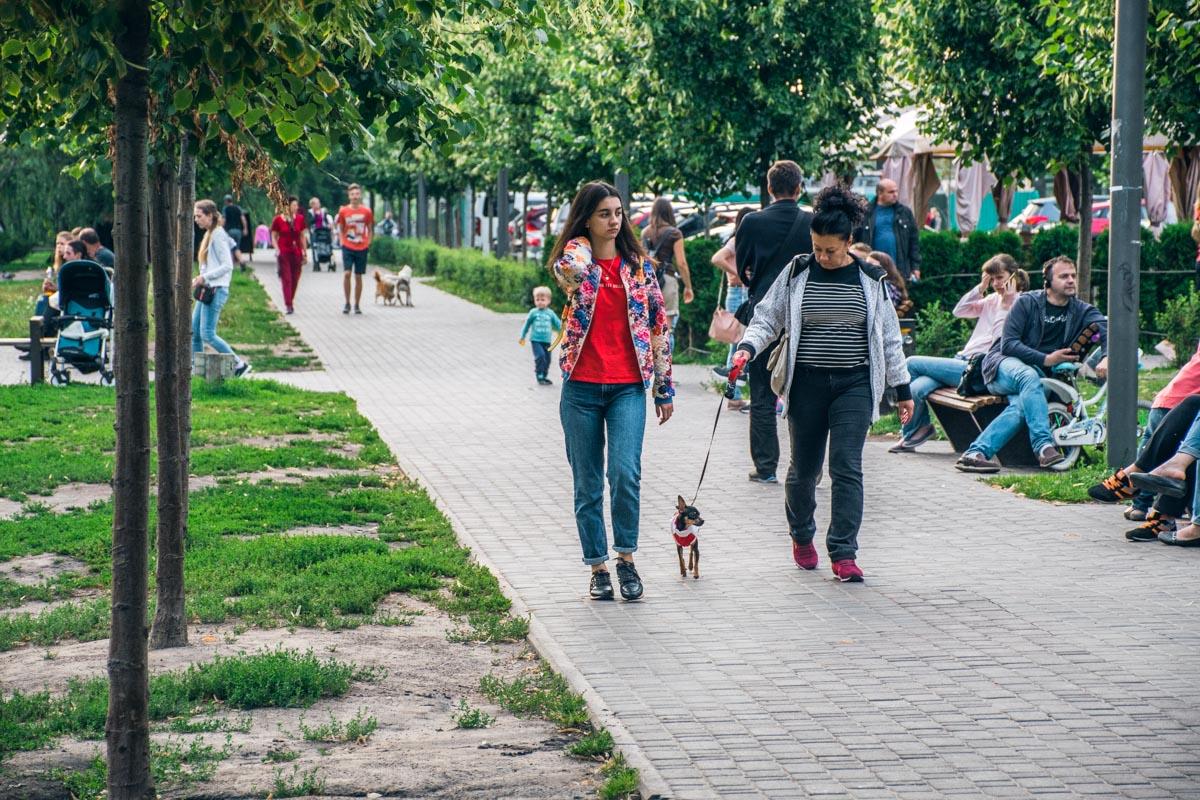 Сквер возле озера очень многолюден - это любимая зона отдыха жителей Теремков-2