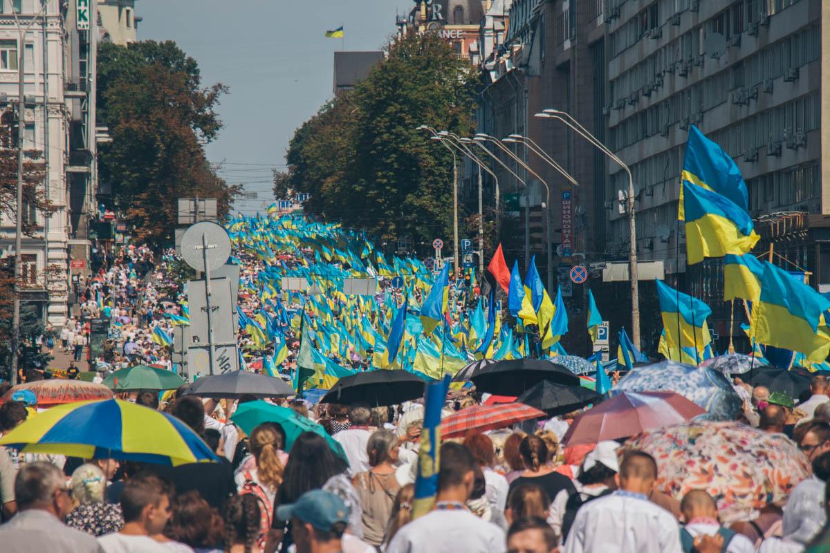 Люди заполонили Владимирскую улицу