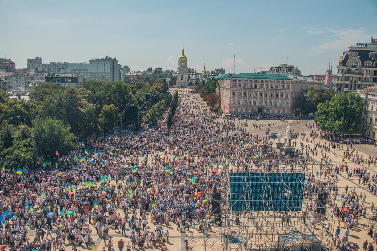 Многолюдье между главными соборами Киева
