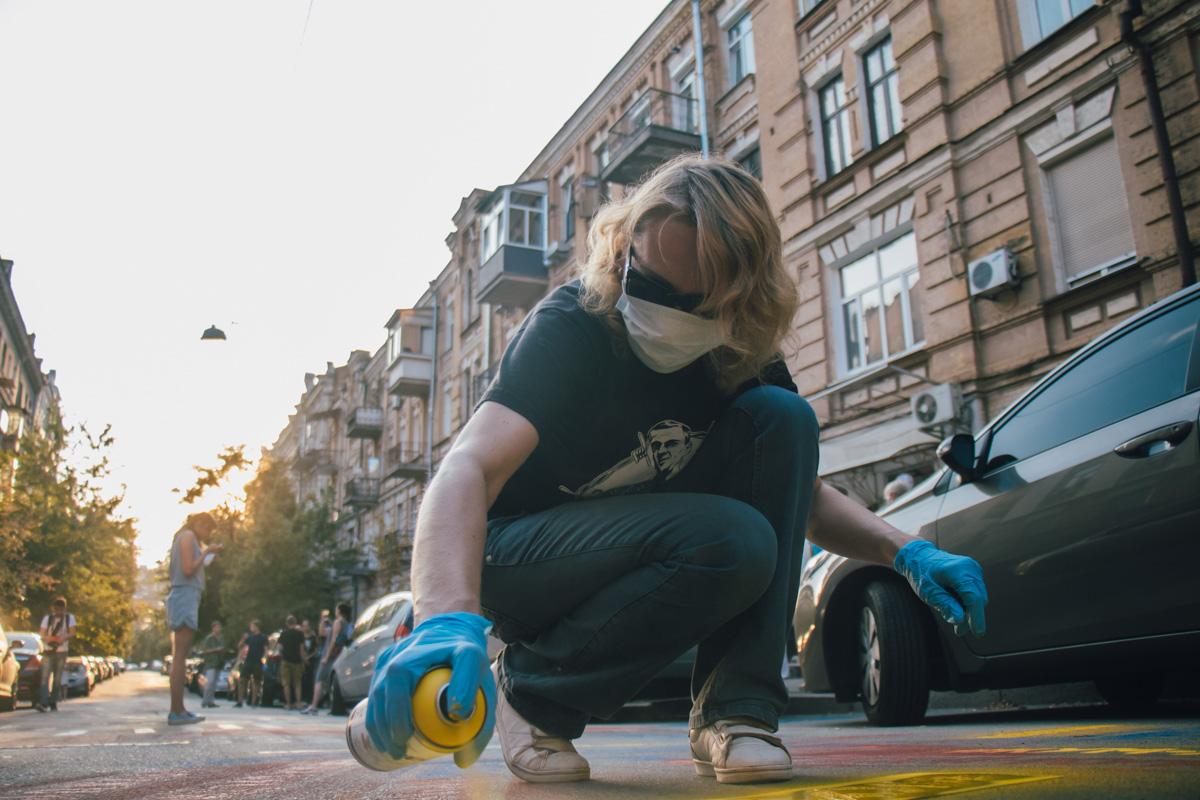 Активисты перед зданием политика на дороге рисовали граффити в поддержку политзаключенных в России