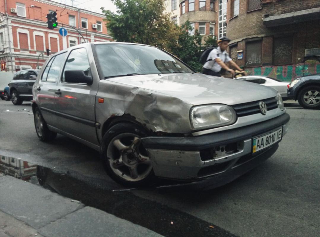 Mercedes, в свою очередь, отбросило на обочину на которой был припаркованVolkswagen Passat B5