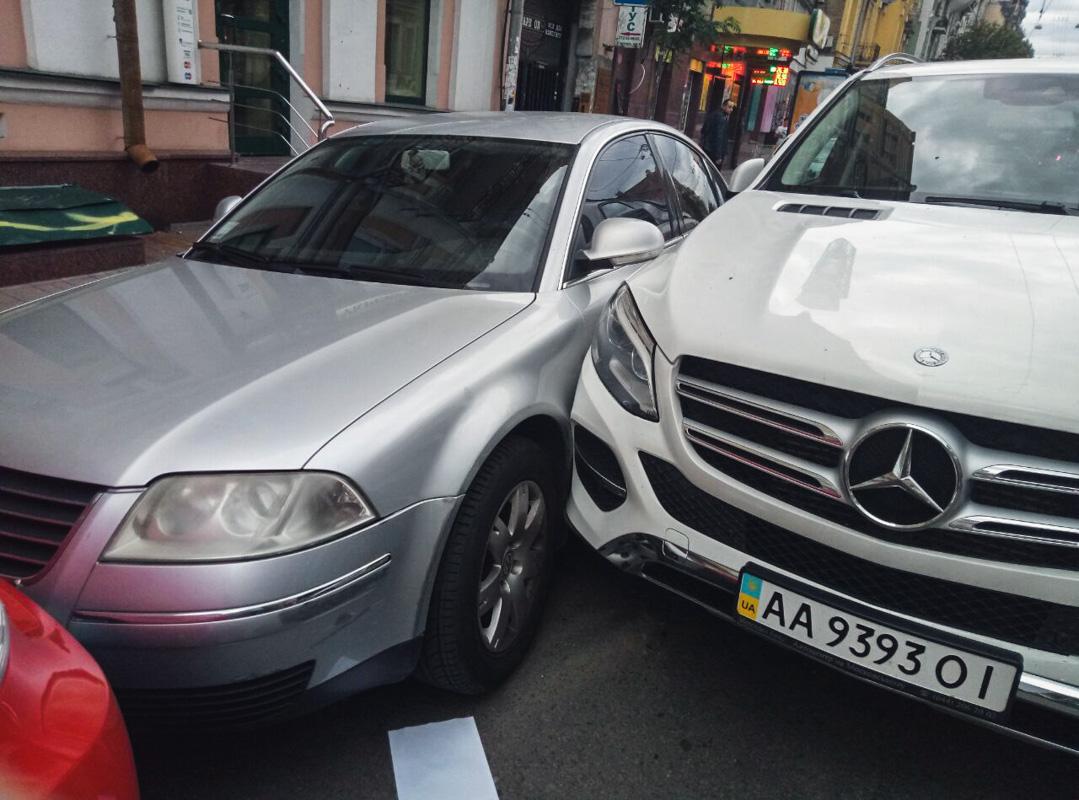 Volkswagen Golf III двигался по улице Стрелецкой и поворачивал на улицу Большая Житомирская на запрещающий сигнал светофора