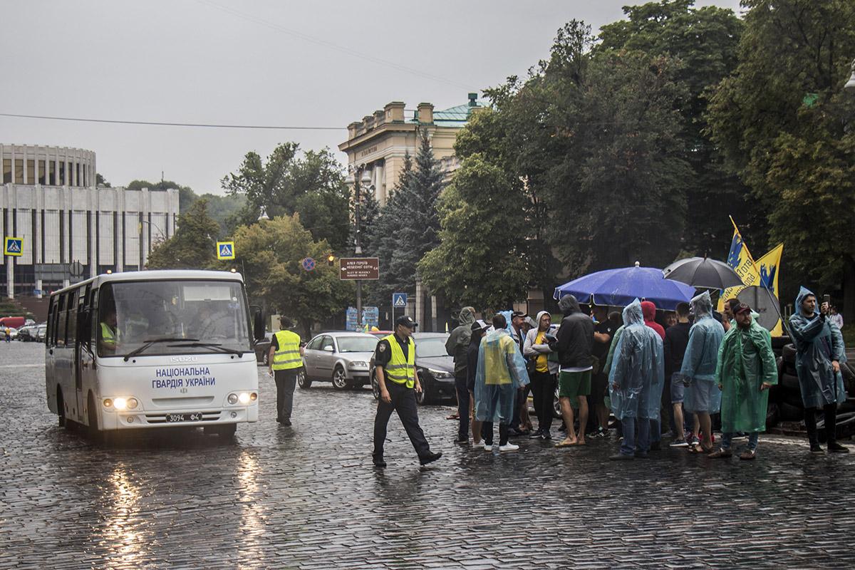 """владельцы авто на """"евробляхах"""" заблокировали проезд в правительственном квартале"""