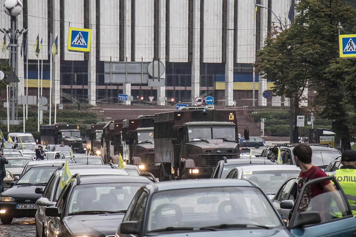 Сотни машин выстроились колонной от Европейской площади до улицы Грушевского
