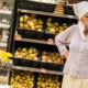 Чтобы старики не воровали продукты: в Киеве волонтеры покупали бабушкам бананы, конфеты и красную рыбу