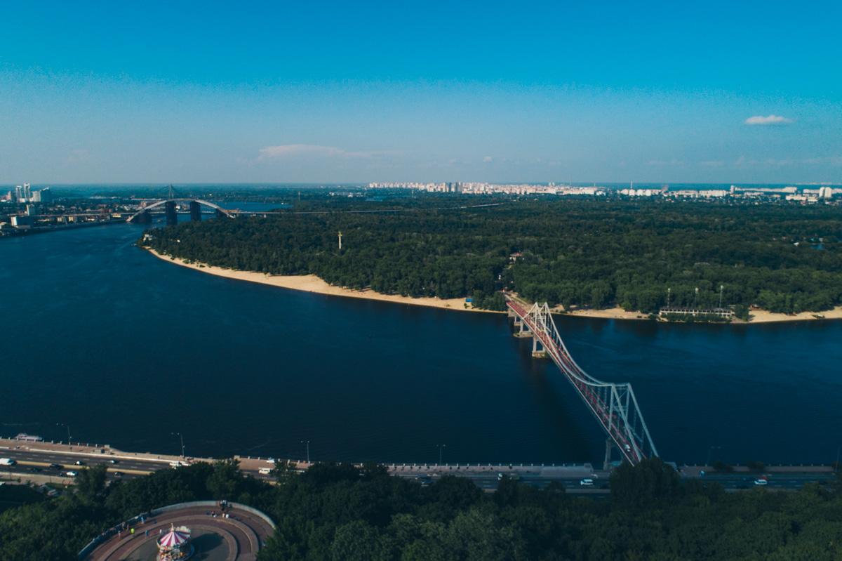 Также здесь проходят множество фестивалей и расположен Южный берег Киева - центр молодежной тусовки