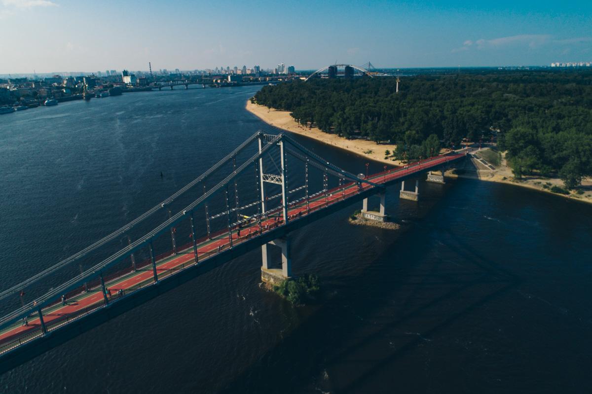 Дойти до острова можно через Парковый пешеходный мост