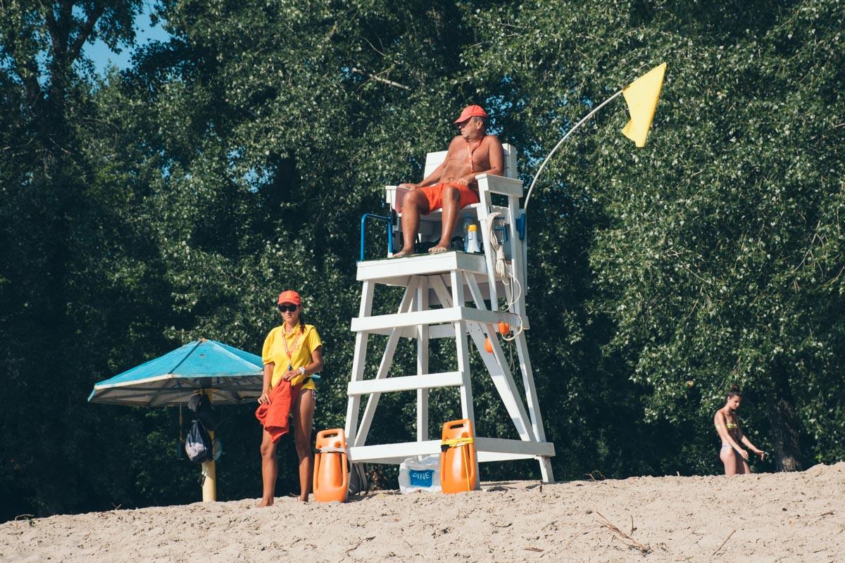 Пляж работает и сейчас, там дежурят спасатели и активно отдыхают посетители