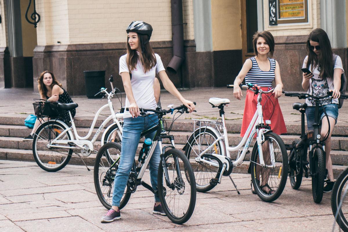 Модели тоже катаются на велосипедах