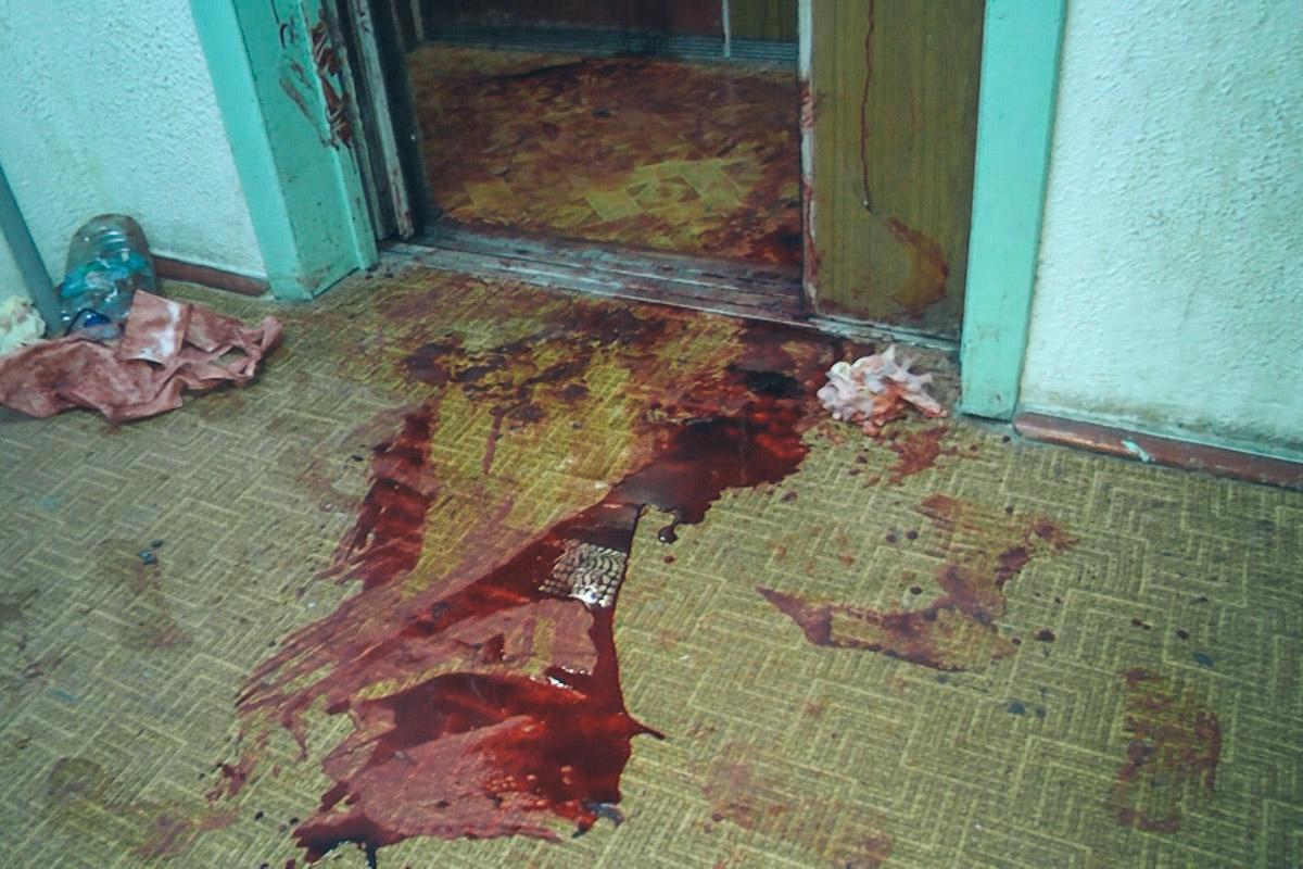 Кровавые следы тянулись от подъезда за угол дома