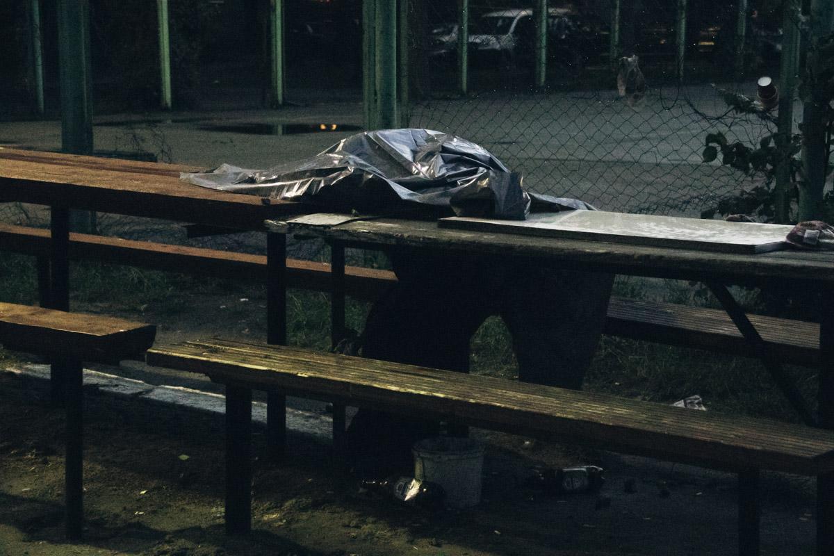Он умер, сидя за столом, во дворе жилого дома