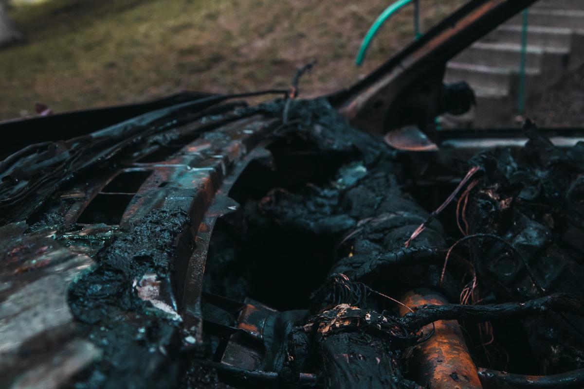 Обе машины начали гореть под капотом одновременно