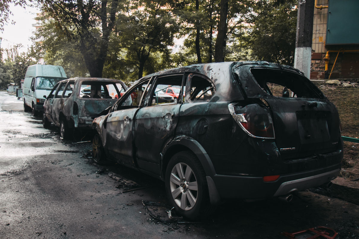 В Киеве на улице Борщаговская, 10А произошел пожар в двух автомобилях