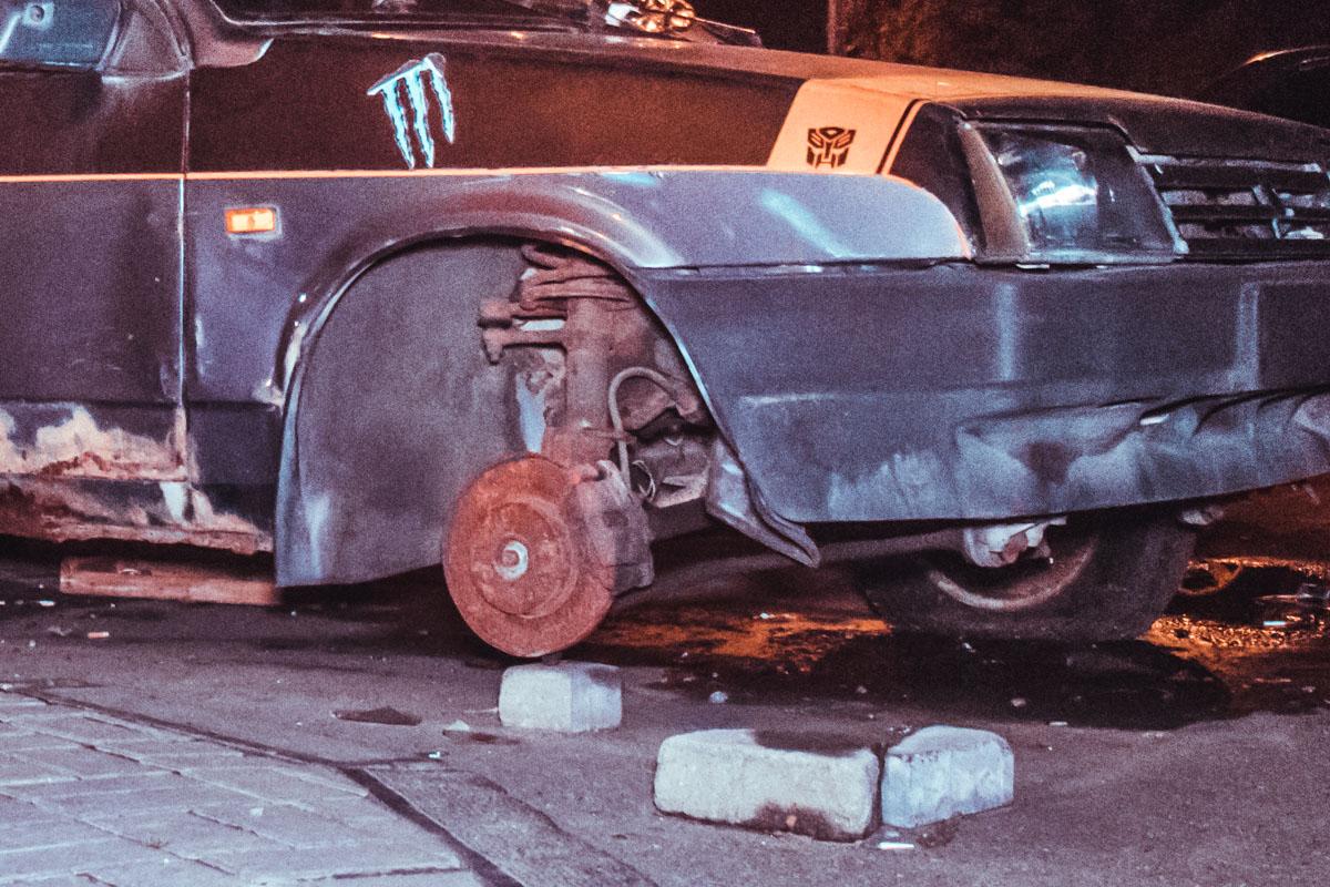 Все железные элементы машины покрылись толстым слоем ржавчины