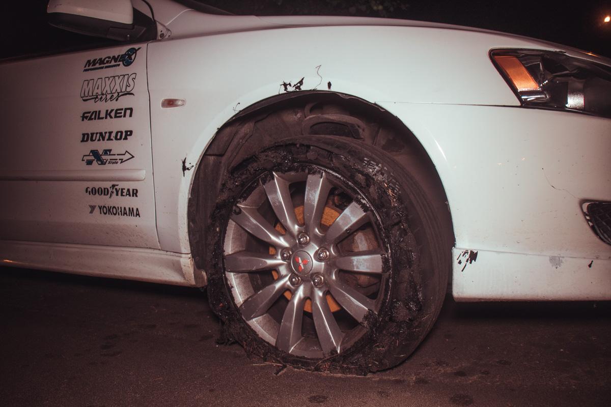 С другой стороны видно, что резина сожжена, тормозной диск весь ржавый и машина вся в царапинах