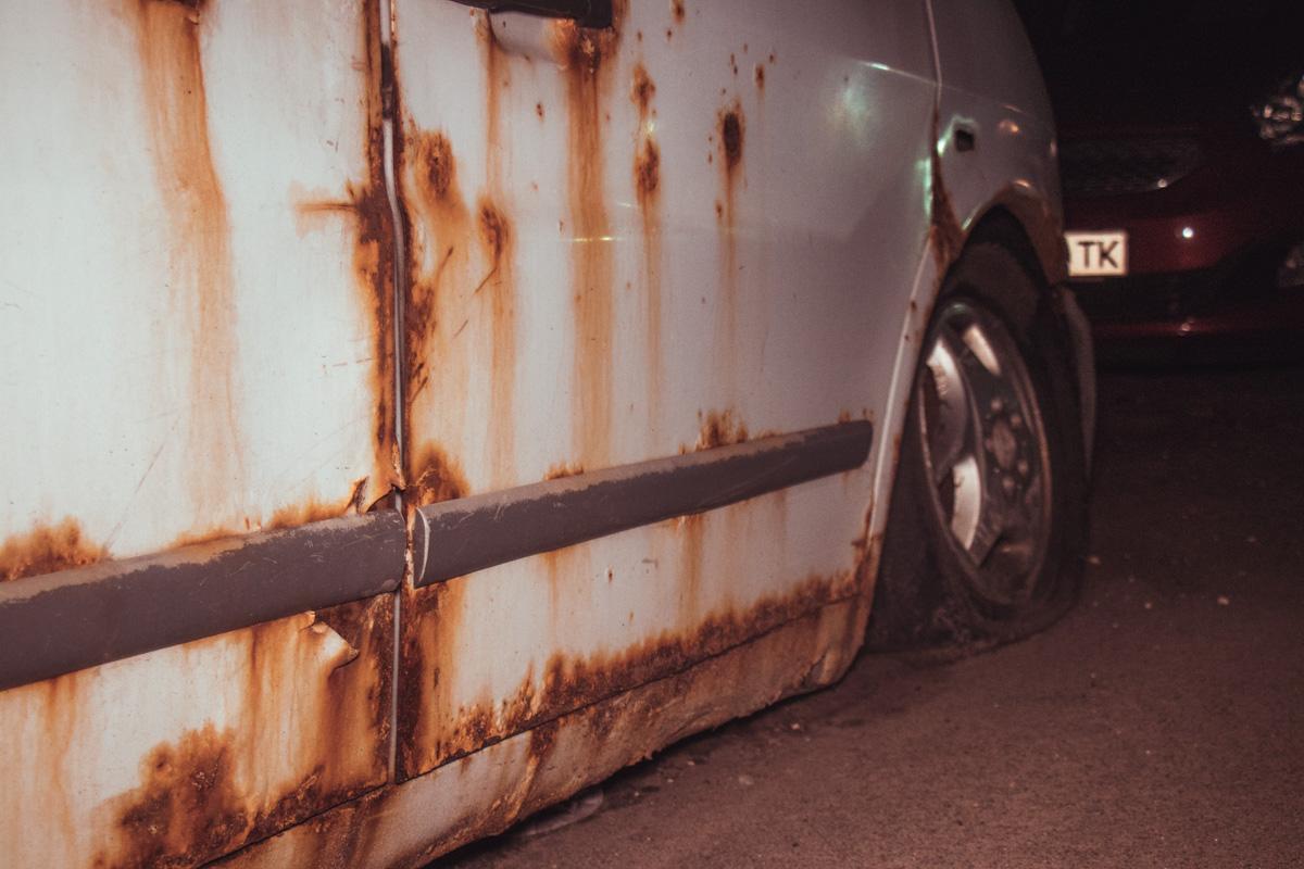 Ржавчина не щадит и покрыла уже весь кузов автомобиля