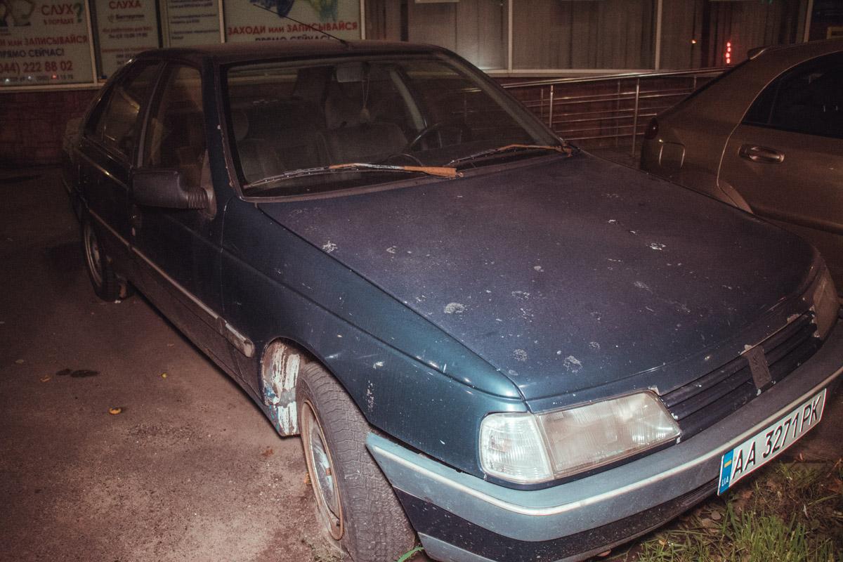 Peugeot брошен в центре Киева минимум несколько месяцев назад