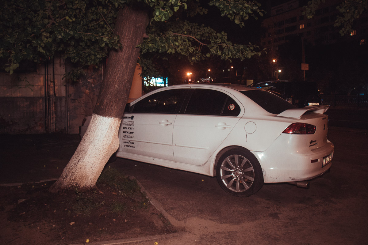 Издалека кажется, что автомобиль часто используется и много ездит