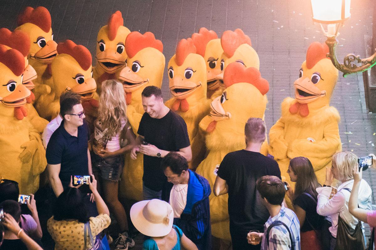 """Возле здания """"Арена Сити"""" десятки людей с коктейлями в руках танцевали вместе с аниматорами, переодетыми в костюмы куриц"""