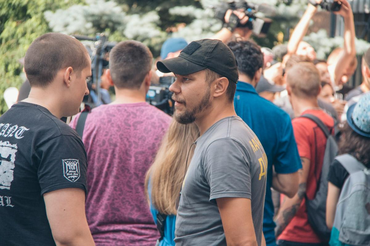 Как рассказали участники, они вышли на митинг, чтобы поддержать хорватских футболистов Домагоя Виду и Огнена Вукоевича