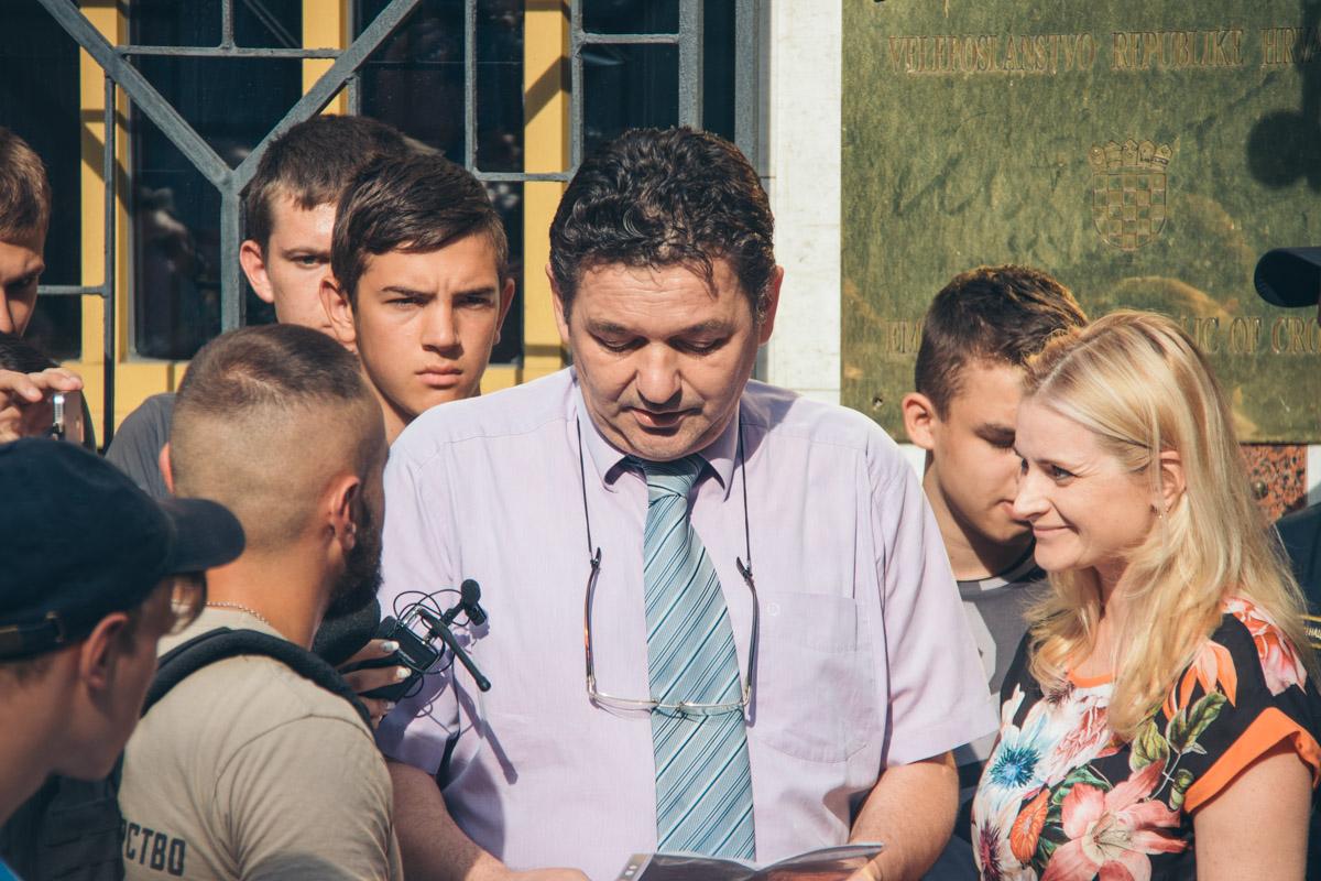 Пикетчики выразили свою поддержку представителям Республики Хорватия и рассредоточились перед входом в диппредставительство