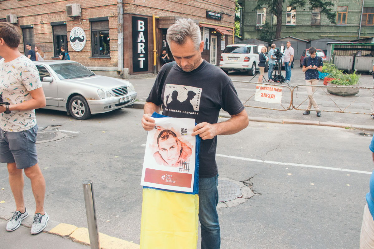 Также во время акции вспомнили о заключении Олега Сенцова