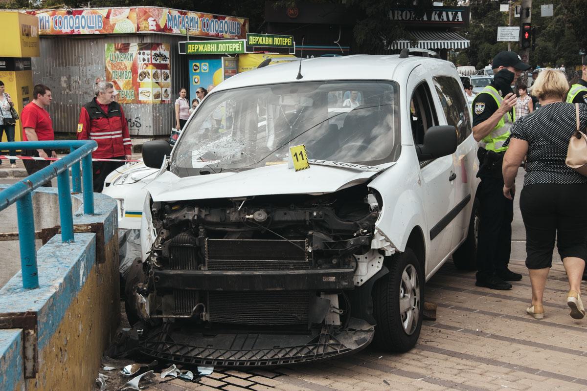 От удара Renault вылетел на тротуар, где сбил троих пешеходов