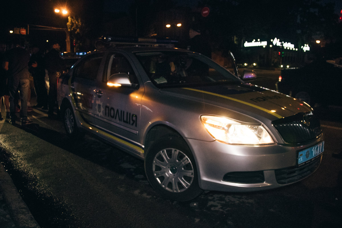 После этого произошел конфликт, в ходе которого полицейские использовали слезоточивый газ и на двоих человек надели наручники