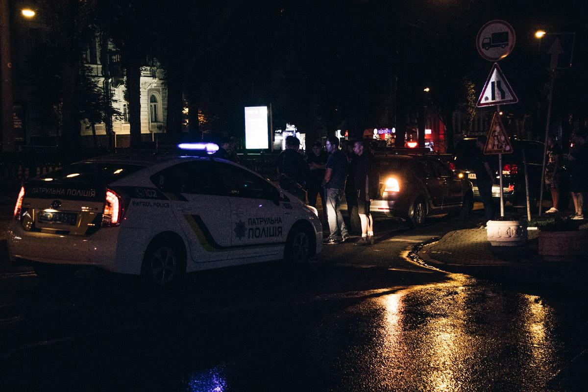 По предварительной информации полиции, они остановили автомобиль Toyota Land Cruiser в связи с нарушением правил дорожного движения