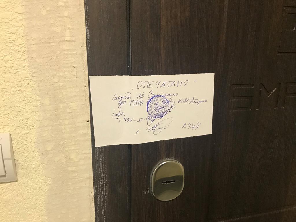 Задержанного доставили в больницу, а в квартире нашли белое порошковое вещество, жилье опечатано