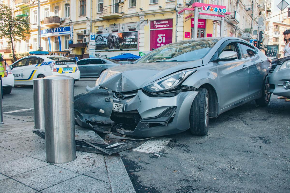 Пешеходов от столкновения с авто спасли столбы-болларды
