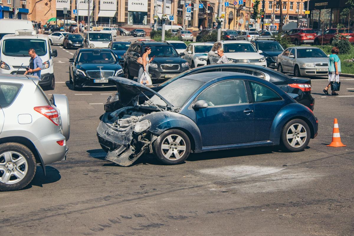 После столкновения Volkswagen Beetle загорелся