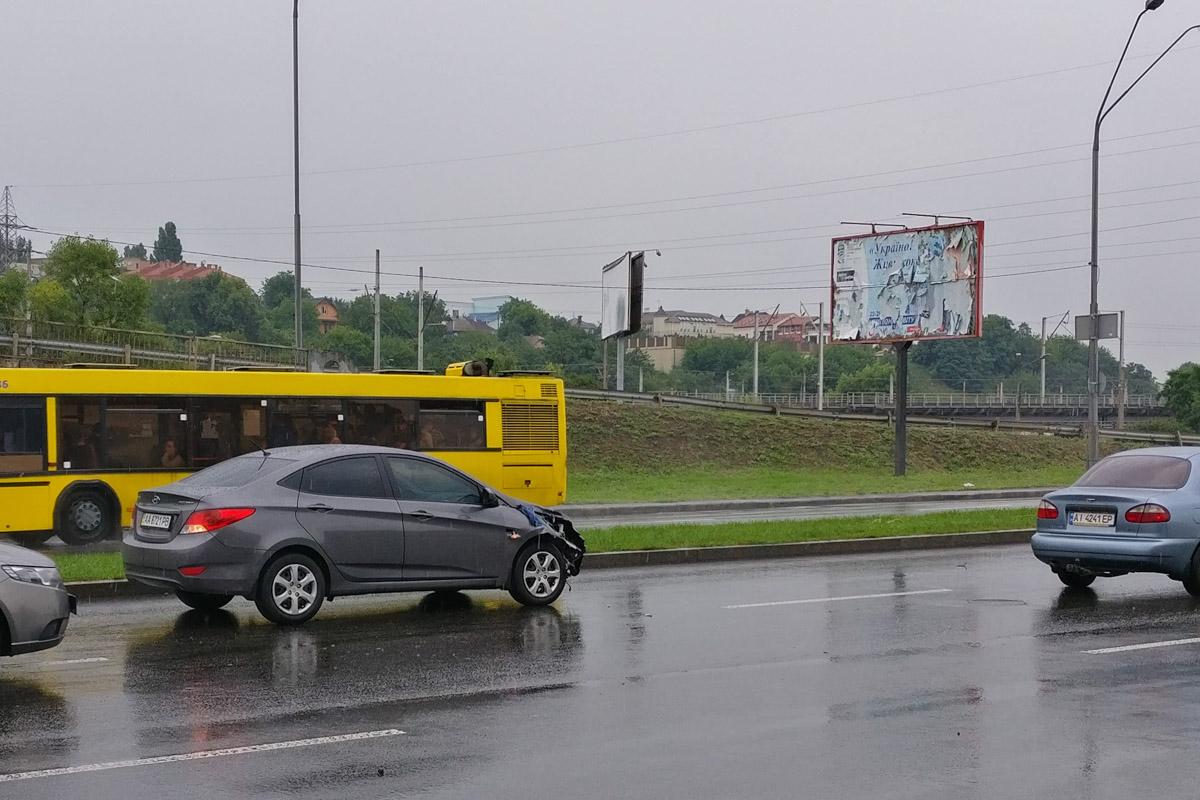 Авария произошла около 11:20 возле моста улицы Бойчука в сторону Южного моста
