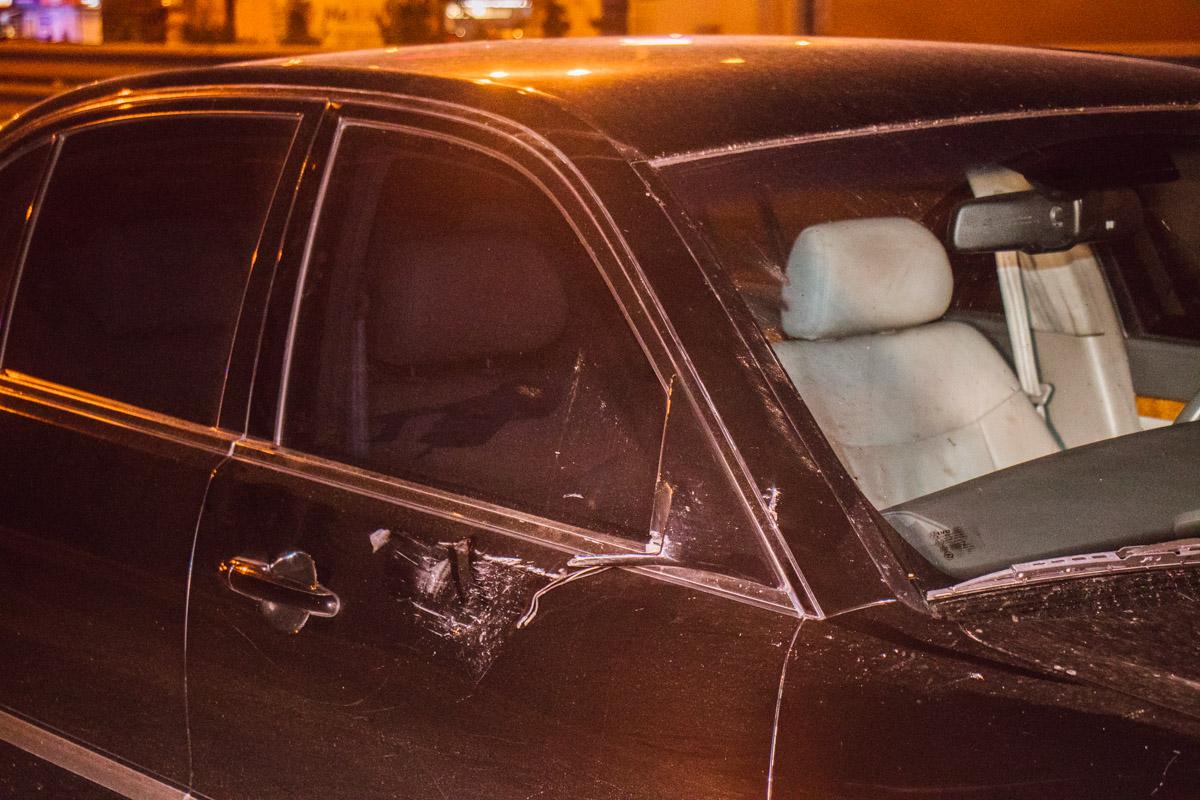 Автомобиль получил повреждения правой стороны машины