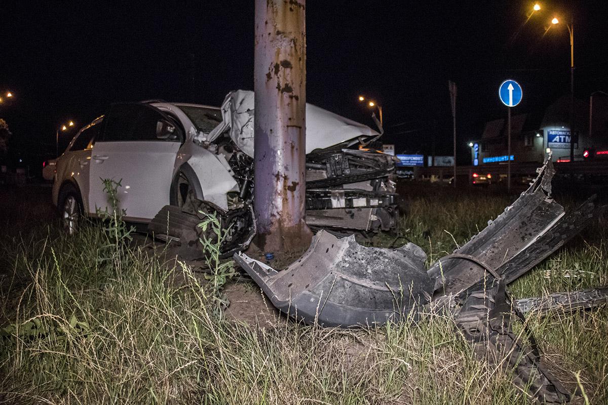 На Окружной дороге Volkswagen врезался в рекламный щит