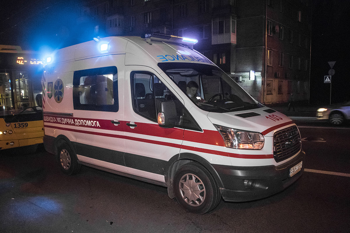 """На место прибыла """"скорая"""" и женщину доставили в автомобиль для предоставления первой медпомощи"""