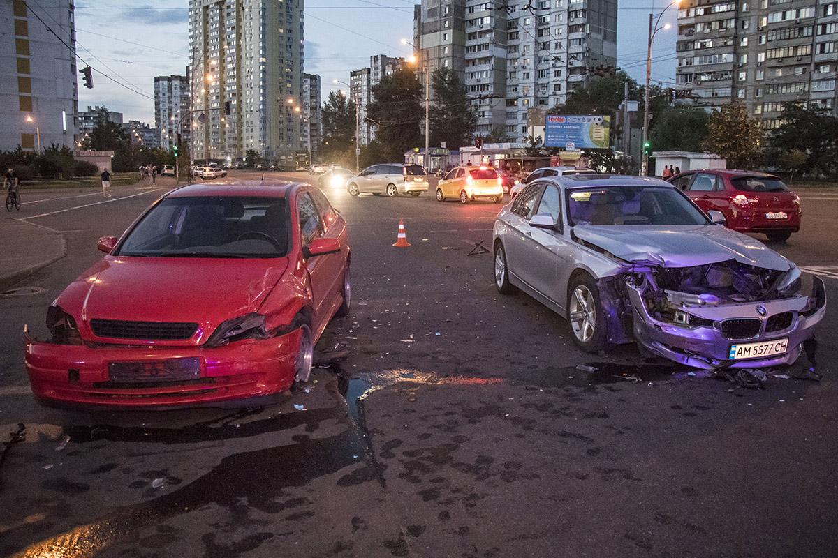 В момент аварии в красном авто находился 4-летний ребенок. Мальчик не пострадал