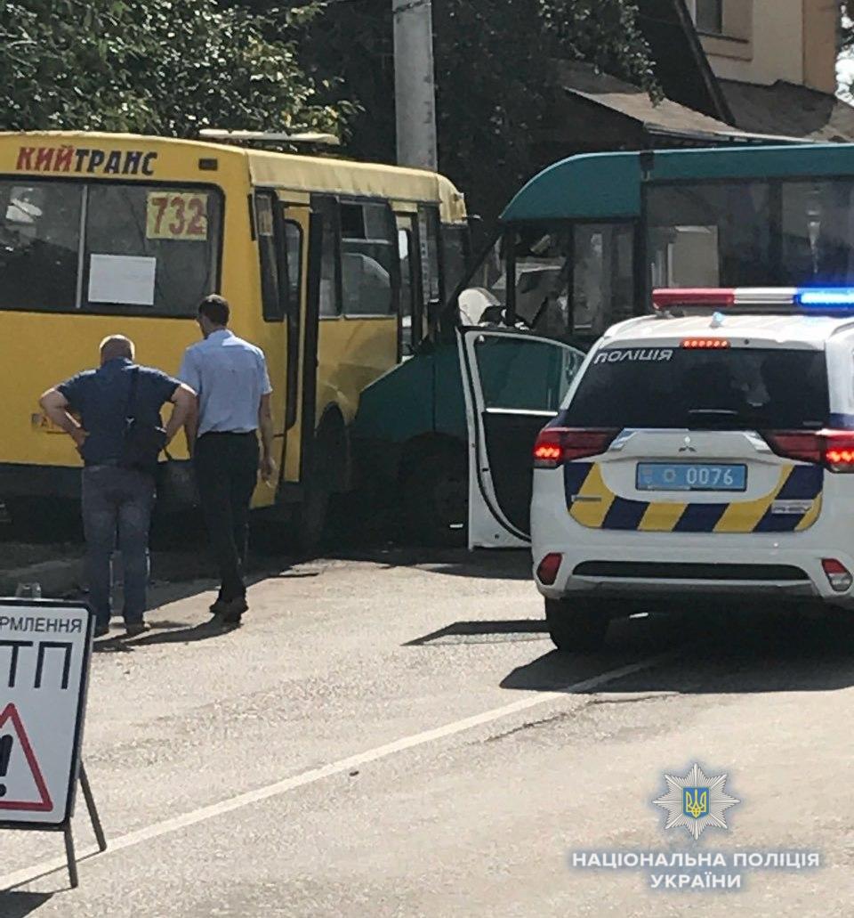 По предварительной информации, 65-летнему водителю маршрутного автобуса № 732 стало плохо