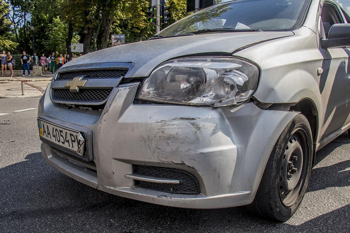 После столкновения Mercedes зацепил Aveo