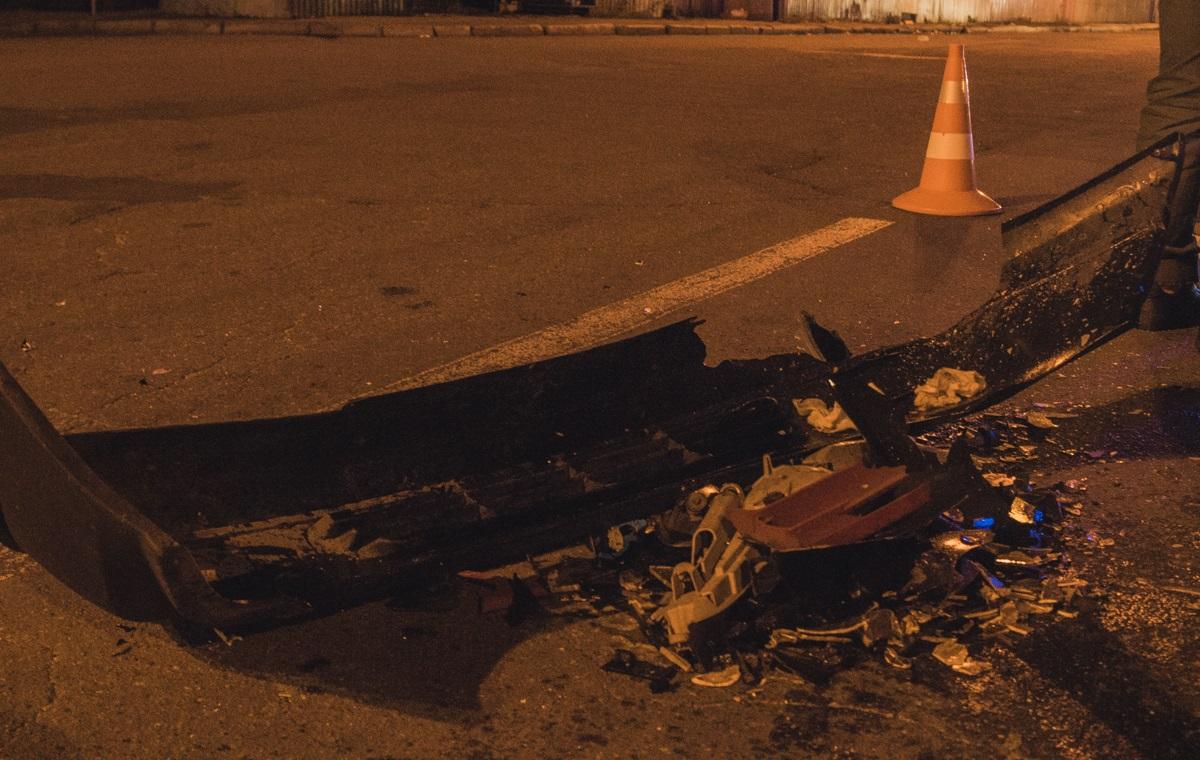 На дороге остались оторванные части авто