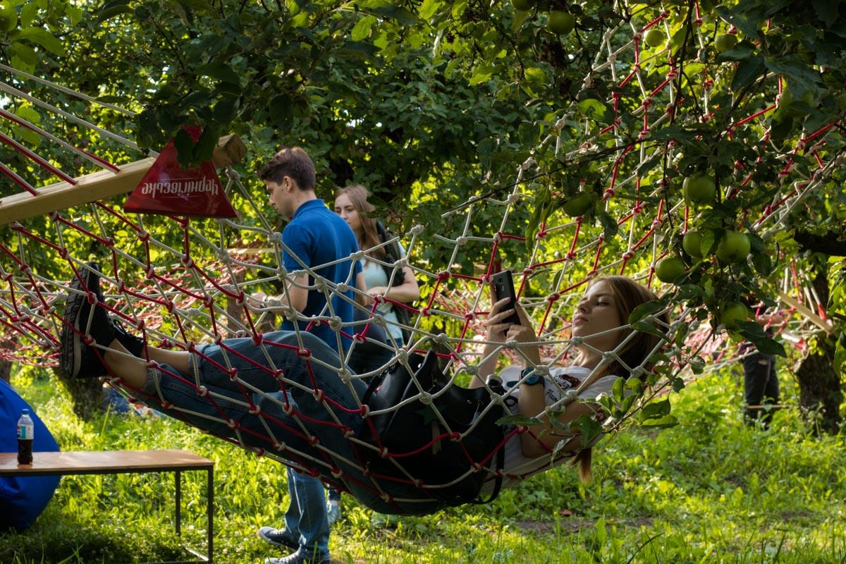 Посреди яблочного сада здесь подвесили 80 гамаков