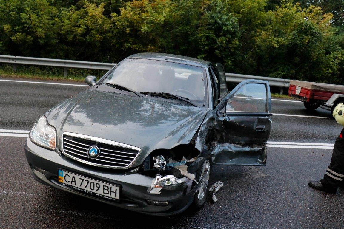 Также Renault занесло на скользкой дороге и она врезалась вGeely