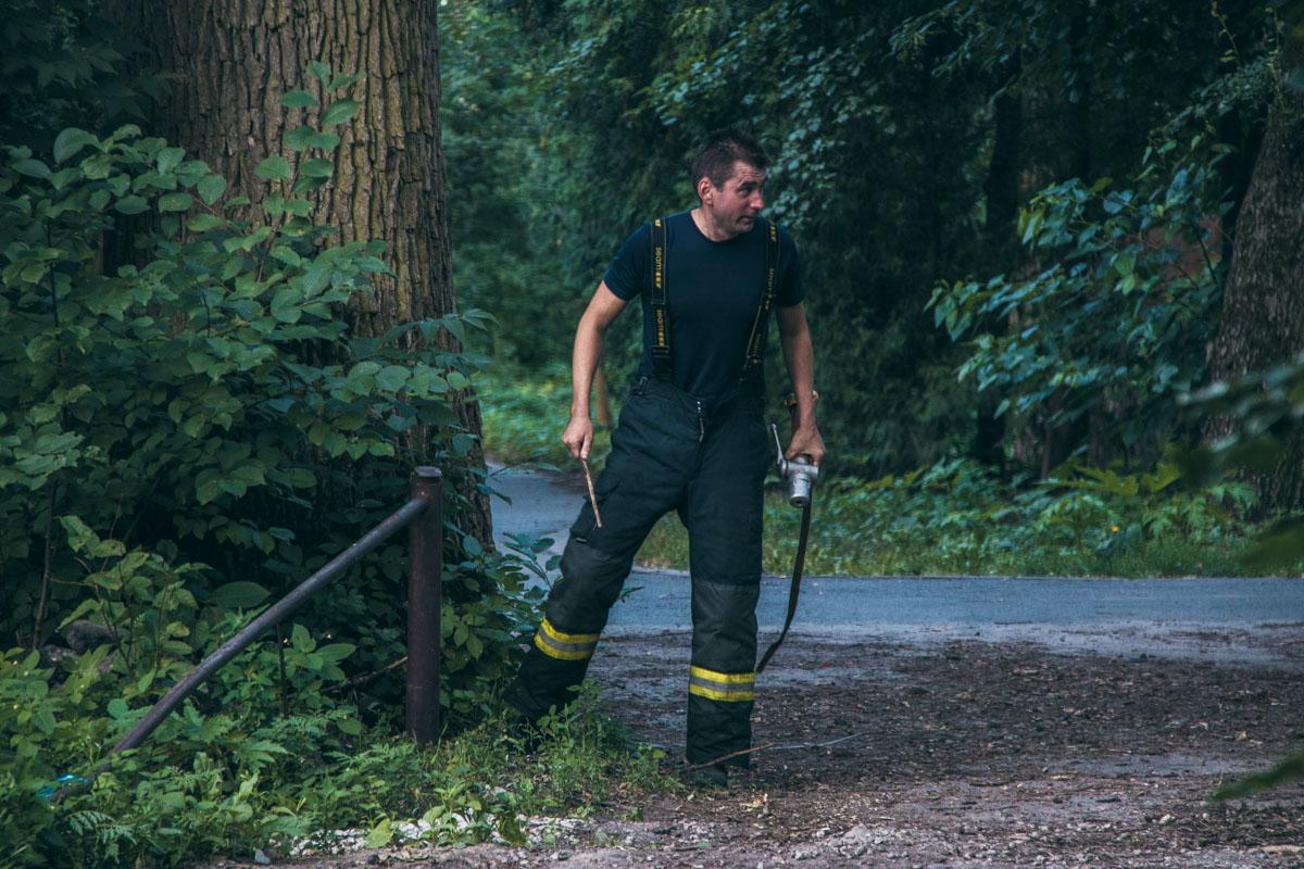 Спасателям регулярно подвозят воду, поскольку пожарных гидрантов поблизости нет