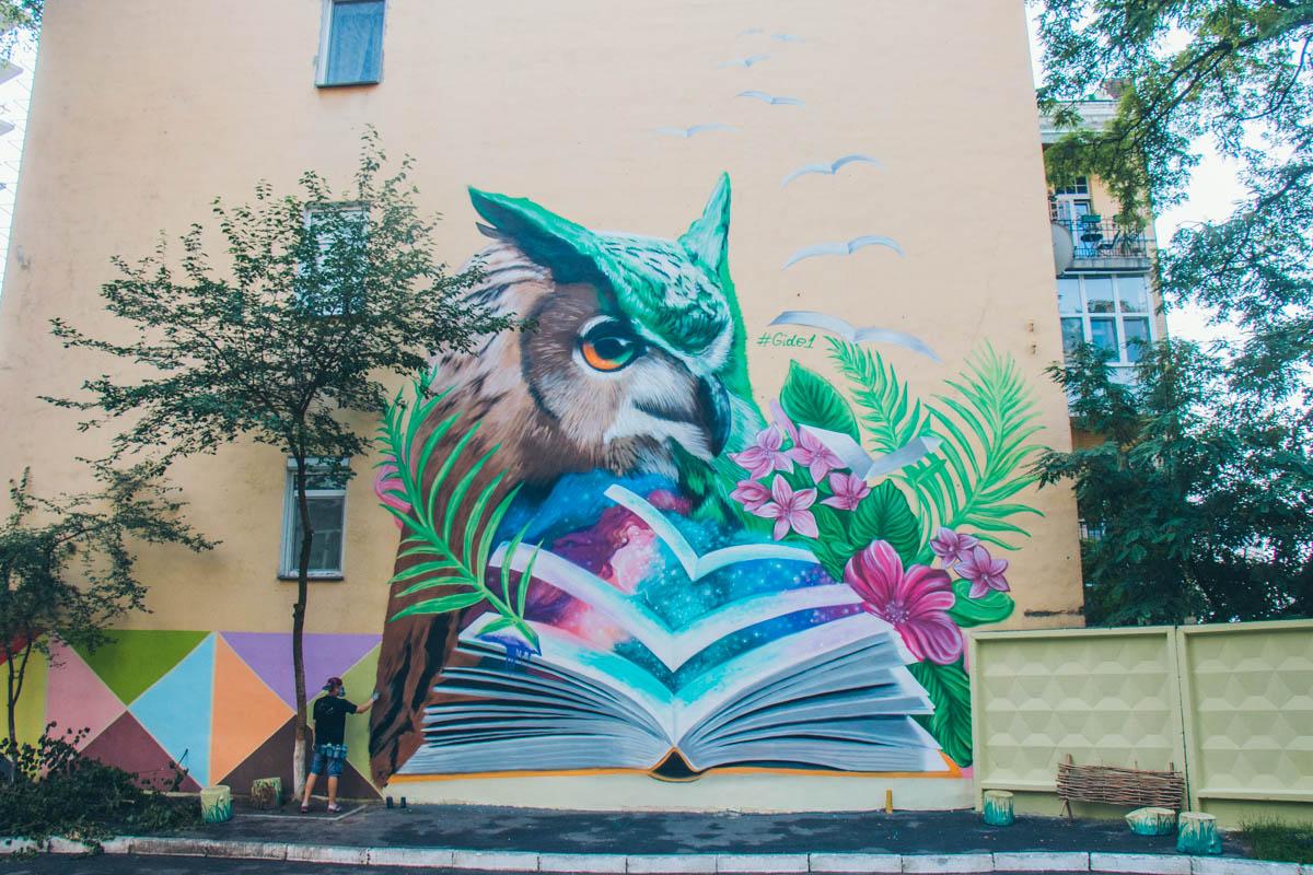 На стенах домов появляются сказочные персонажи и цветные граффити