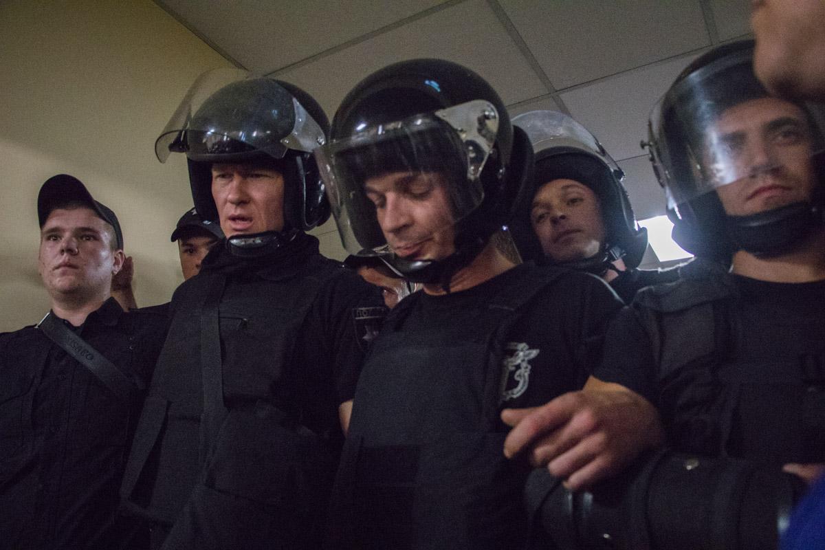 Между активистами и полицией завязалась потасовка