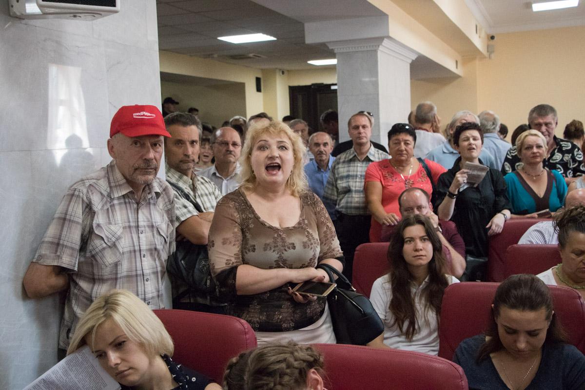 Активисты и пенсионеры прошли в здание КГГА, чтобы проконтролировать ход пленарного заседания по вопросам подорожания проезда в метро